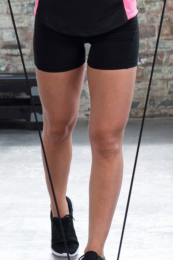 short-girlie-cool-training-noir-porte